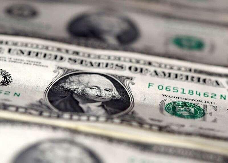 Dolar ustawiony na najlepszy tydzień w ciągu trzech miesięcy, jak pandemia odzyskuje rozbieżne Reuters