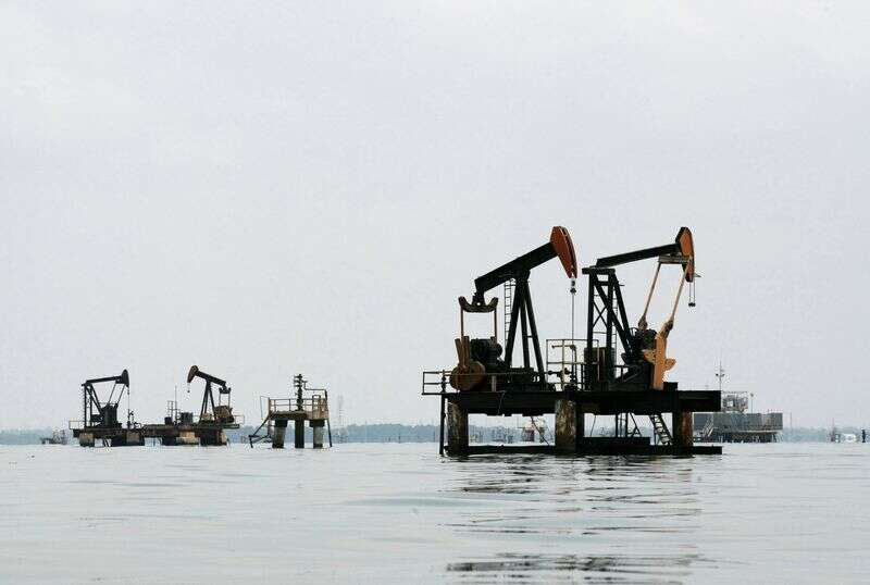 El petróleo baja en medio de los temores de recuperación de la demanda global por Investing.com