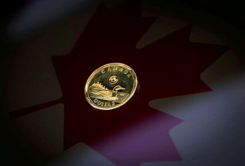 Dolar kanadyjski odzyskuje z 6-dniowego minimum jak greenback slajdy Reuters