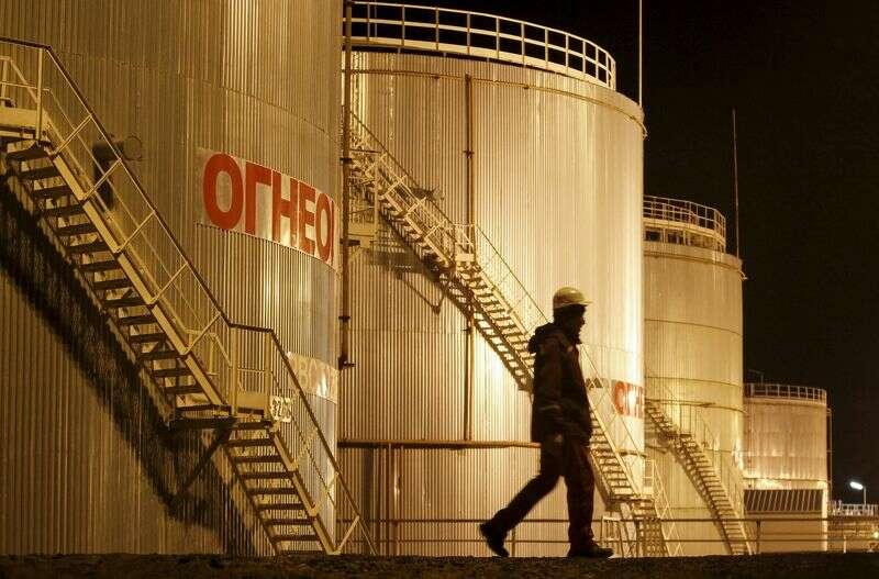 Ropa w dół 1% lub więcej w tygodniu, jak zmienność zwraca pre-OPEC przez Investing.com