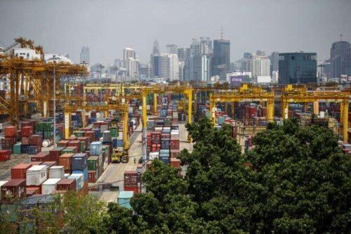 Wyeksport w Lipiec Tajlandii bije prognozę, ale wirus kręci się przez Reuters