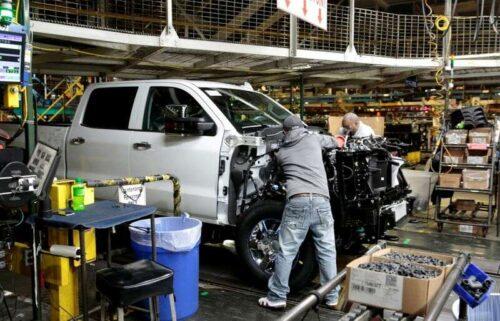 Detroit kije z ciężarówkami, SUVS pomimo wyniosłym 2030 bramek dla EVS przez Reuters