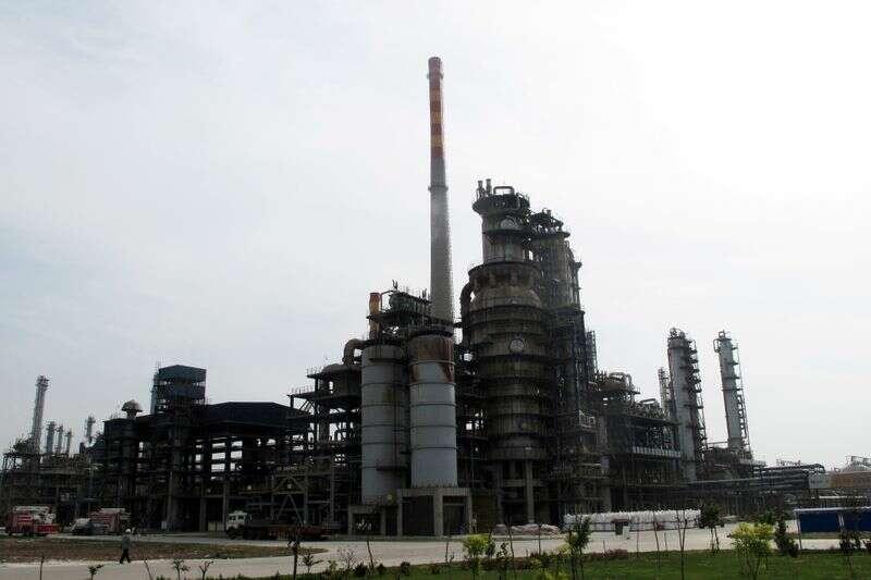 Chiny ogłasza pierwszą aukcję naftową państwa publicznego w celu ustabilizowania cen przez Reuters