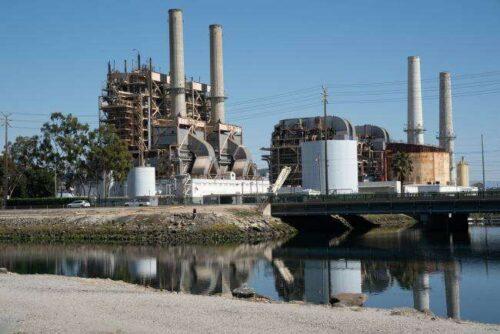 Kalifornia ma na celu zapobieganie zaciemniom, spalając więcej paliw kopalnych Bloomberg