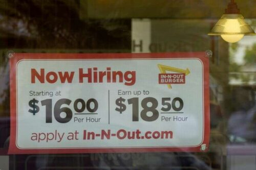 U.. Uprawnienia na rynku pracy nad cotygodniowo bezrobotnymi twierdziami, zwolnienia trafiły 24-letnią przez Reuters