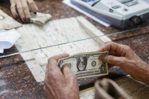 Dolar osłabia się jako Kluczowe Unfarm Payrolls Looms przez Investing.com